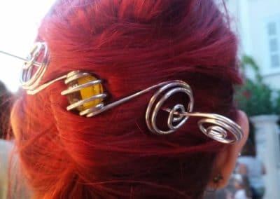 barette perle jaune sur cheveux rouges sanary sur mer 2016