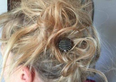 epingle noir et picots argent chignon décoiffé sur cheveux blonds 2015