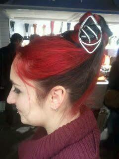 pique à cheveux retour grosse perle noire chignon dur cheveux rouges gigantesques toulouse 2010