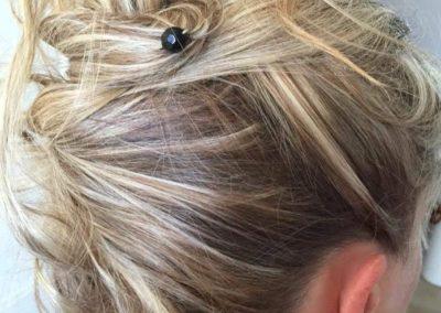 petite epingle chignon flou sur cheveux blonds